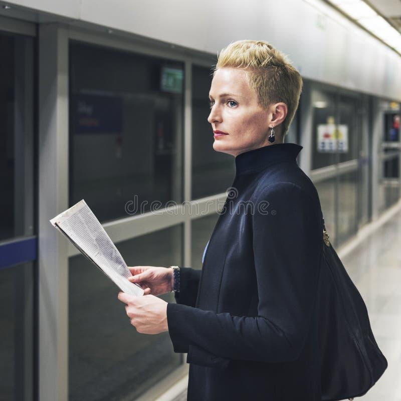 Concept de Lifestyle Commuter Newspeper de femme d'affaires images stock