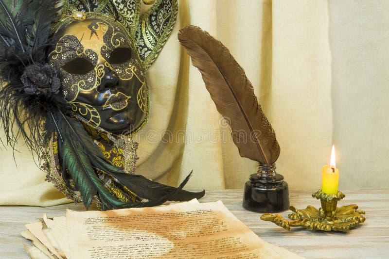 Concept de littérature, bougie dans un chandelier près d'un masque vénitien photo libre de droits