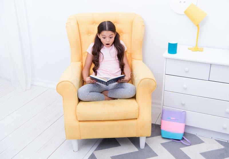 Concept de littérature Lecture de littérature La petite fille a lu le livre, littérature, littérature anglaise images stock