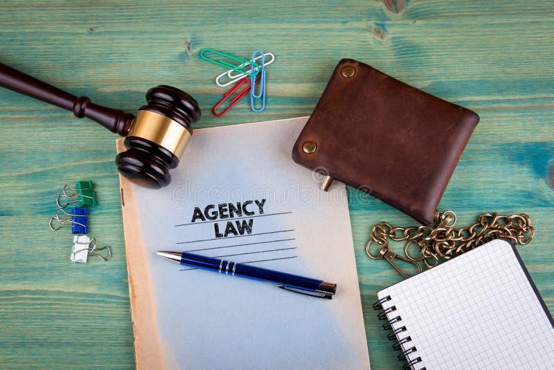 Concept de loi d'agence Carnet sur un fond vert clair Accessoires de papeterie de bureau photo libre de droits