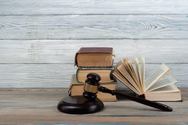 Concept de loi - livre de loi ouvert avec un marteau en bois de juges sur la table dans une salle d'audience ou un bureau de poli photos libres de droits
