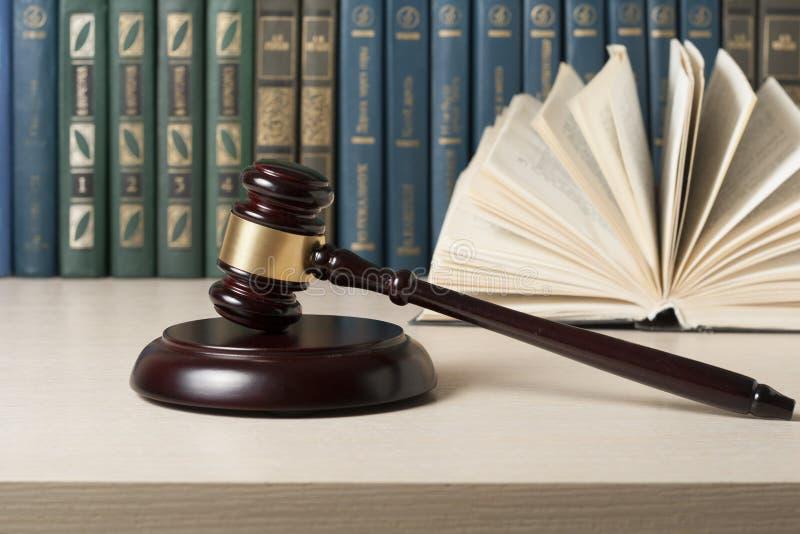 Concept de loi - réservez avec le marteau en bois de juges sur la table dans une salle d'audience ou un bureau d'application images libres de droits