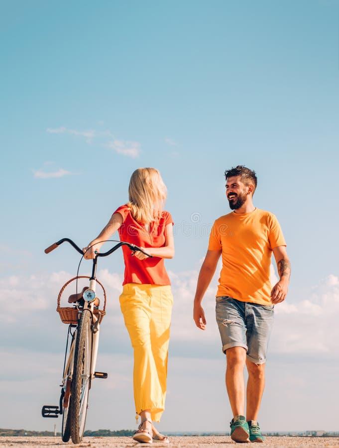 Concept de loisirs et de mode de vie Jour de Valentine Bicyclette de monte de couples le jour ensoleill? Femme sexy avec le vélo  image stock