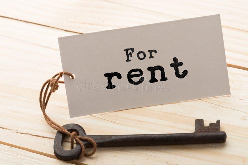 concept de loyer d'immobiliers - vieille cl? avec l'?tiquette photo libre de droits