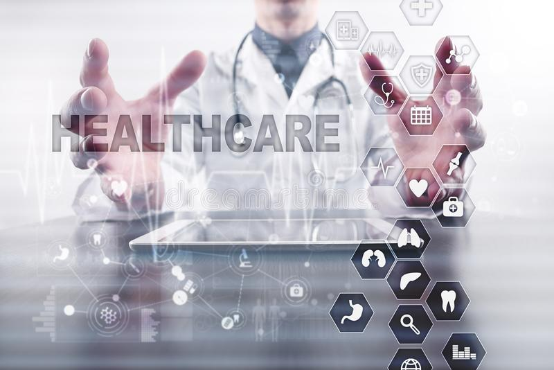 Concept de médecine et de soins de santé Médecin travaillant avec le PC moderne Dossier santé électronique ELLE, EMR images libres de droits
