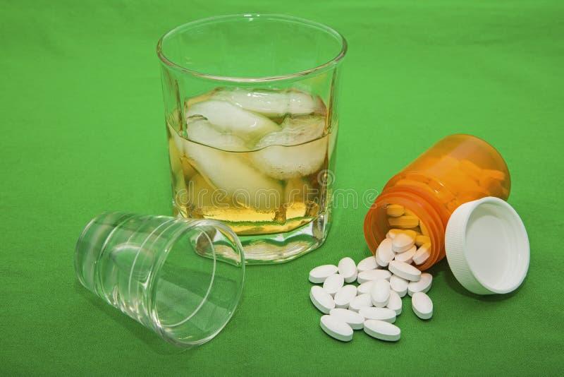 Concept de médicaments délivrés sur ordonnance de verre à liqueur de whiskey photo stock