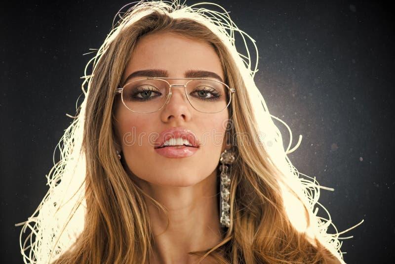 Concept de magasin d'optique Fille de mode de beauté avec le maquillage et les grands bijoux de boucles d'oreille, fond foncé de  photos stock