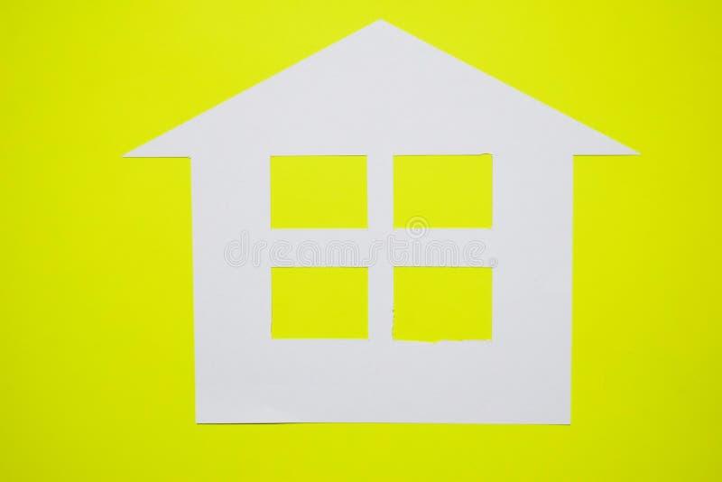 Concept de maison en papier sur le fond jaune Composition horizontale Vue supérieure photographie stock libre de droits