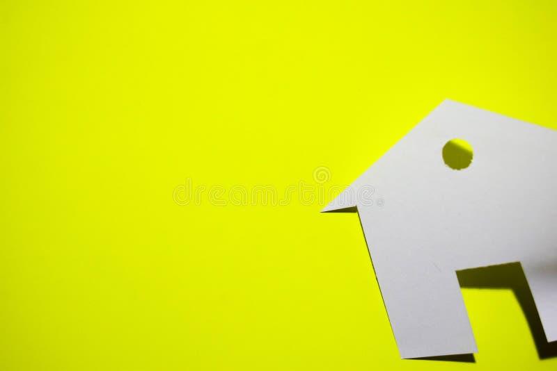 Concept de maison en papier sur le fond jaune Composition horizontale Vue supérieure images libres de droits