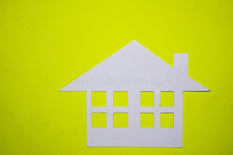 Concept de maison en papier sur le fond jaune Composition horizontale Vue supérieure photographie stock