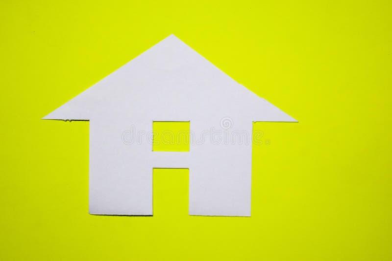 Concept de maison en papier sur le fond jaune Composition horizontale Vue supérieure photo libre de droits