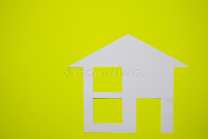 Concept de maison en papier sur le fond jaune Composition horizontale Vue supérieure photo stock