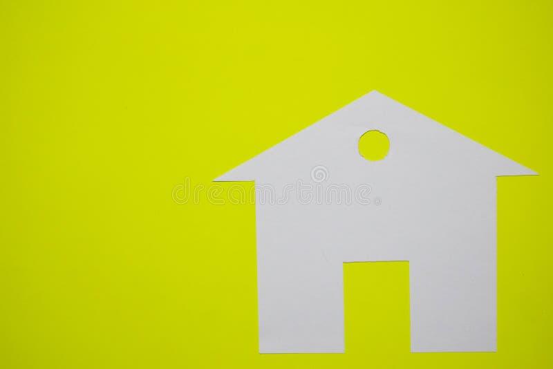 Concept de maison en papier sur le fond jaune Composition horizontale Vue supérieure photos stock