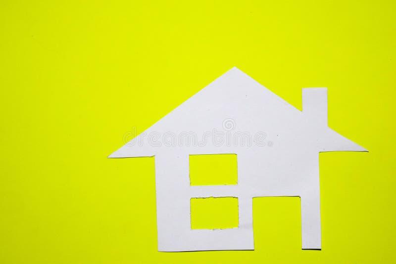 Concept de maison en papier sur le fond jaune Composition horizontale Vue supérieure images stock