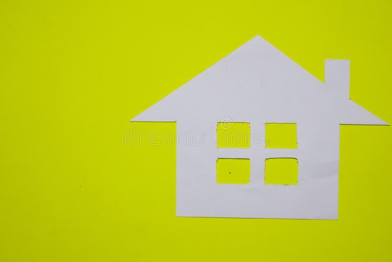 Concept de maison en papier sur le fond jaune Composition horizontale Vue supérieure image libre de droits
