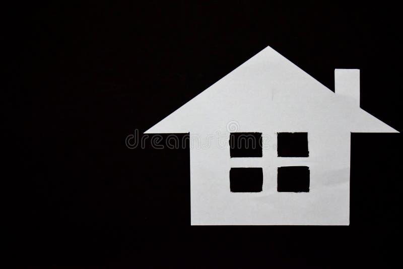 Concept de maison en papier sur le fond noir Composition horizontale Vue supérieure images stock