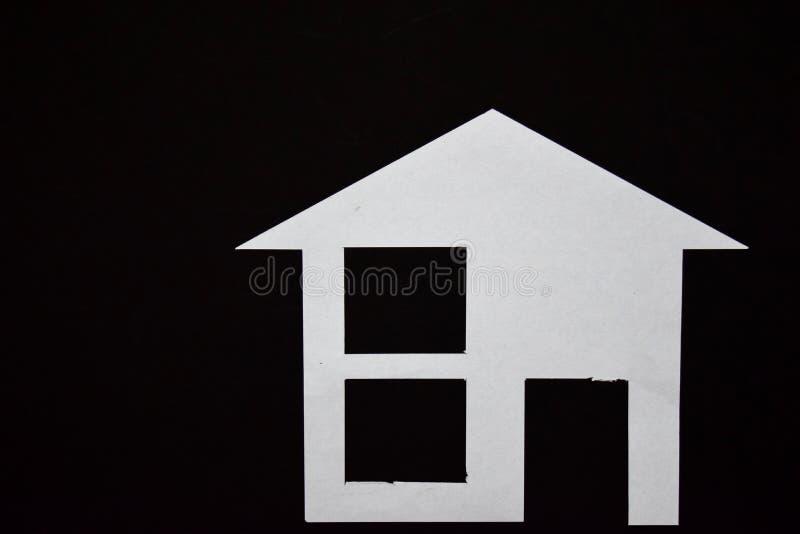 Concept de maison en papier sur le fond noir Composition horizontale Vue supérieure photo libre de droits