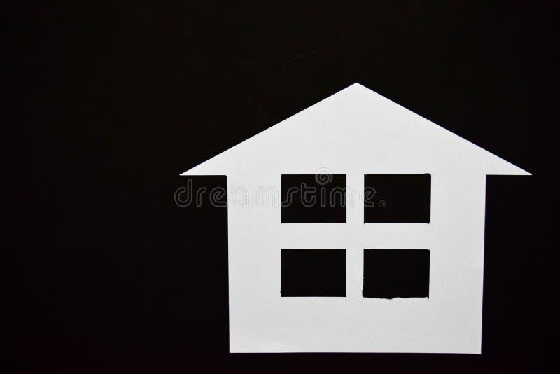 Concept de maison en papier sur le fond noir Composition horizontale Vue supérieure image libre de droits