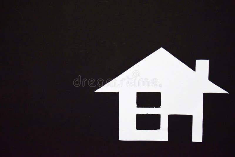 Concept de maison en papier sur le fond noir Composition horizontale Vue supérieure photographie stock libre de droits