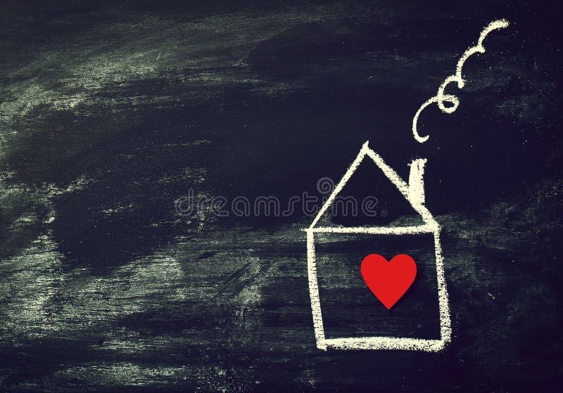 Concept de maison ou d'amour Chambre peinte avec le coeur rouge sur un ch noir photos stock