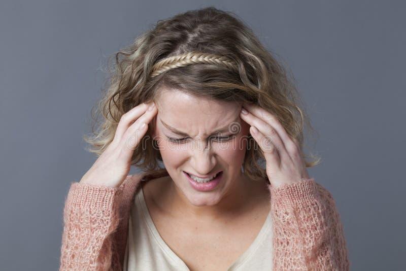 Concept de mal de tête, d'exaspération ou de dépression nerveuse pour la jeune femme photographie stock
