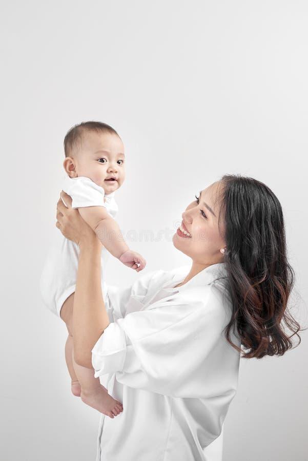 Concept de maternité et de mode de vie Jeune mère de sourire avec le litt images libres de droits