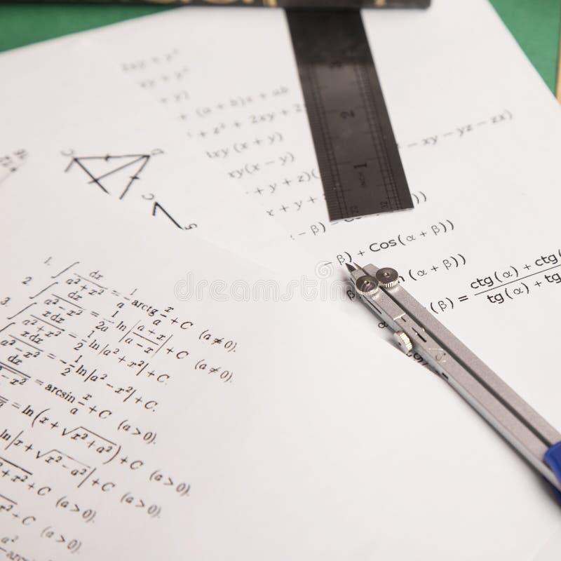Concept de maths sur le fond de Livre vert photos stock