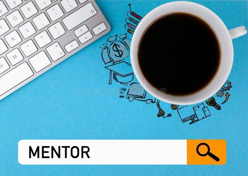 Concept de mentor Tasse de café et clavier d'ordinateur sur un fond bleu images libres de droits