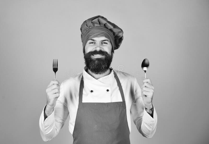 Concept de message publicitaire de procédé de cuisson Homme avec la barbe photo stock