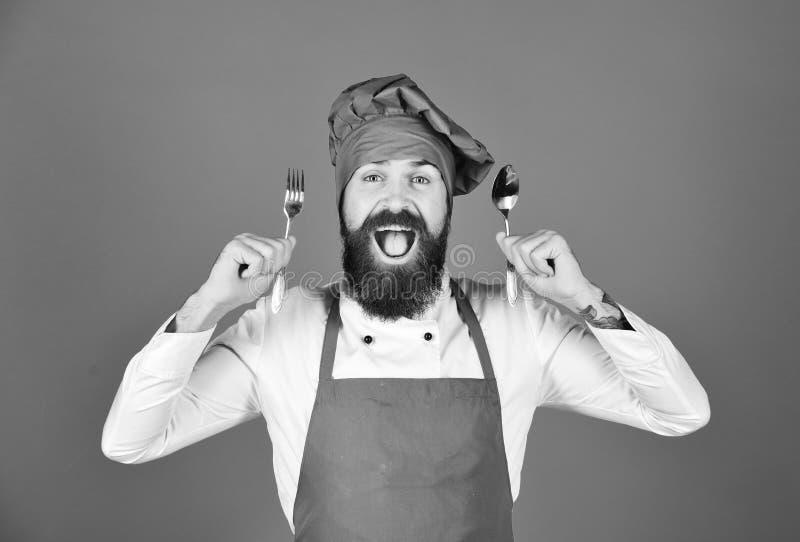 Concept de message publicitaire de procédé de cuisson Le chef tient des couverts image stock