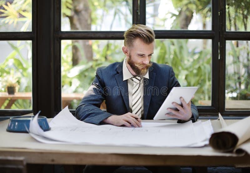 Concept de modèle de Digital Tablet Architect d'homme d'affaires photos stock