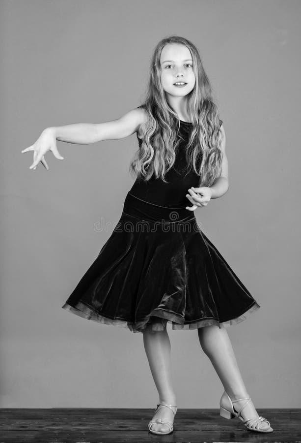Concept de mode de dancewear de salle de bal Danseur d'enfant satisfait de l'?quipement de concert mode de gosses Velours mignon  photo stock