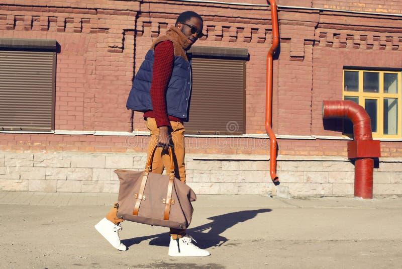 Concept de mode de rue - l'homme africain élégant bel marche photo stock