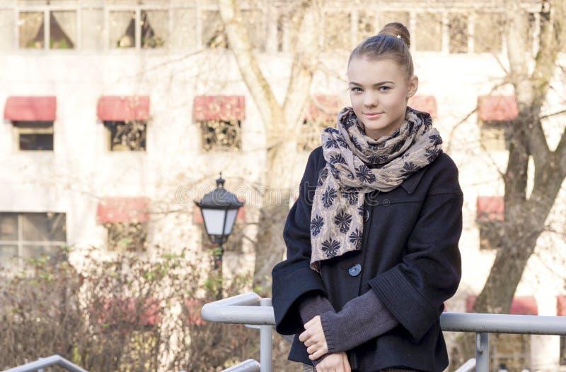 Concept de mode de vie de la jeunesse : Portrait de plan rapproché de T caucasien de sourire photo stock
