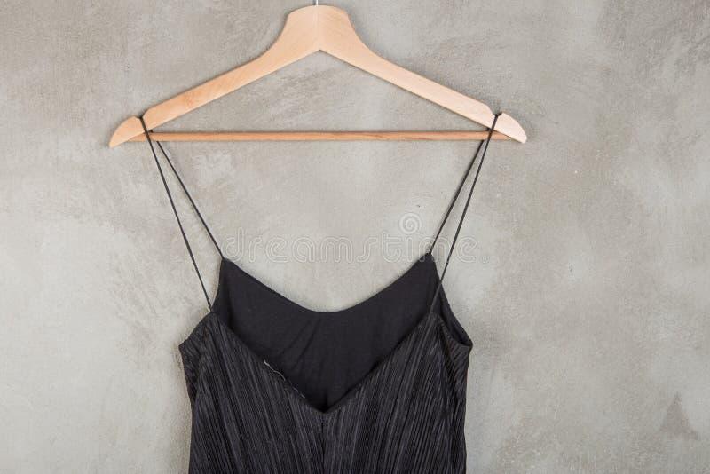 Concept de mode et d'achats - belle robe noire sur un cintre photo stock
