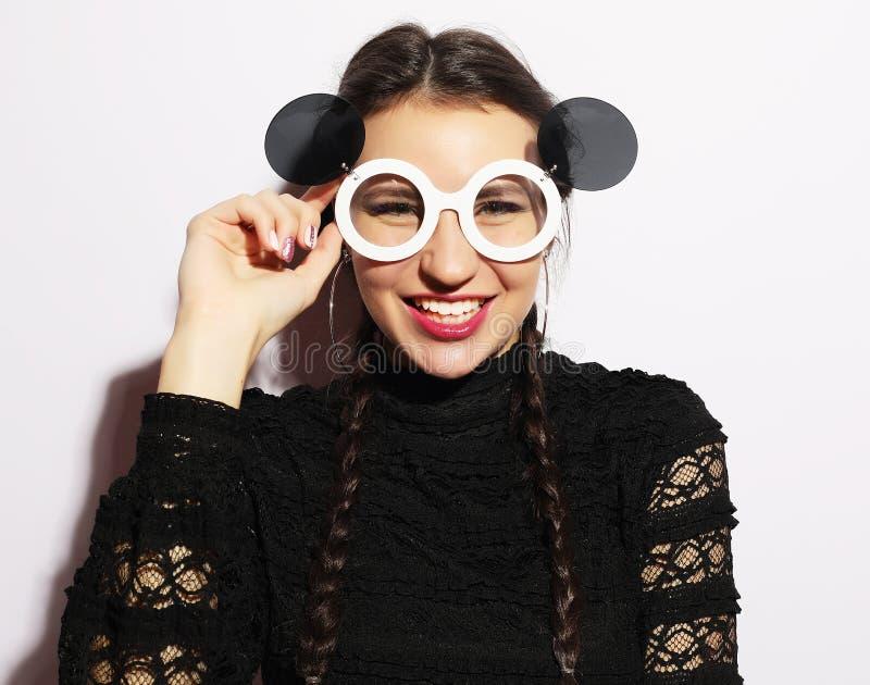 Concept de mode Fille de mannequin étonnée par beauté utilisant de grandes lunettes de soleil Jeune fille Maquillage photo stock