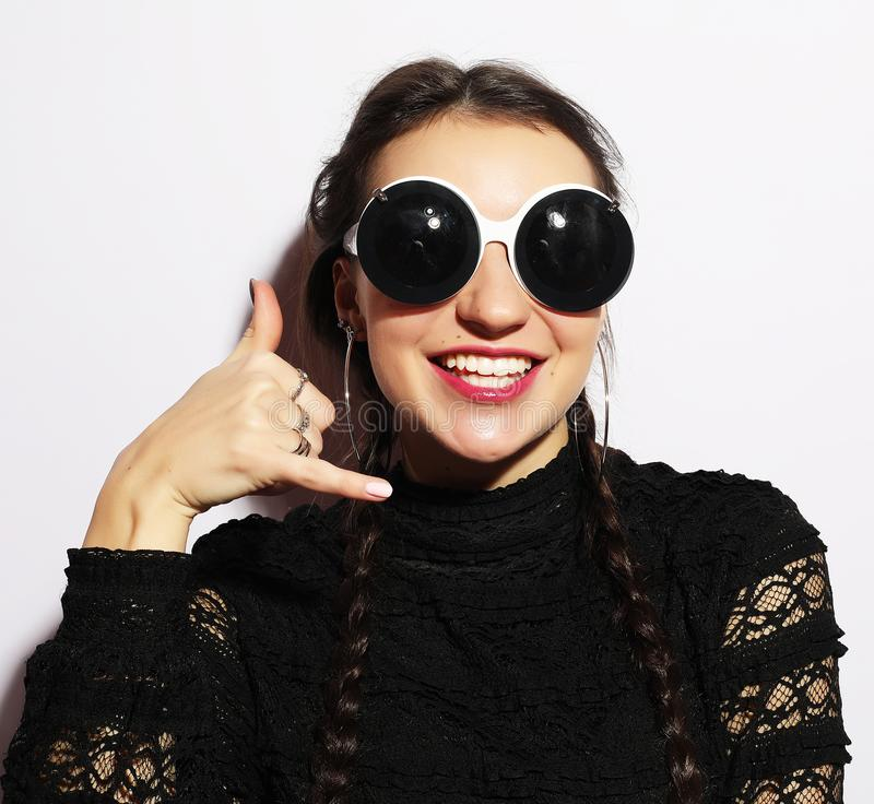 Concept de mode Fille de mannequin étonnée par beauté utilisant de grandes lunettes de soleil Jeune fille Maquillage Au-dessus du photographie stock