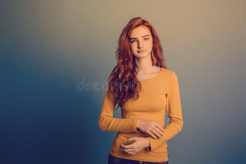 Concept de mode - portrait de Headshot de fille rouge de cheveux de gingembre heureux avec le chandail jaune avec le visage sûr r image libre de droits