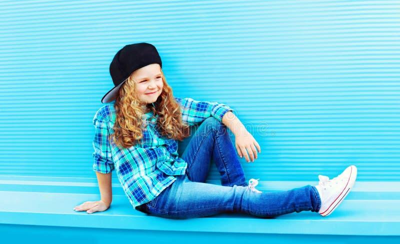 Concept de mode de rue - petite fille d'enfant élégant avec les cheveux bouclés images stock