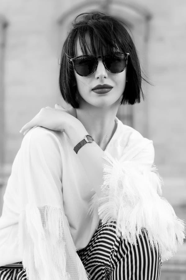 Concept de mode de rue Portrait de jeune belle femme élégante Bâtiments de Paris comme fond, France photographie stock