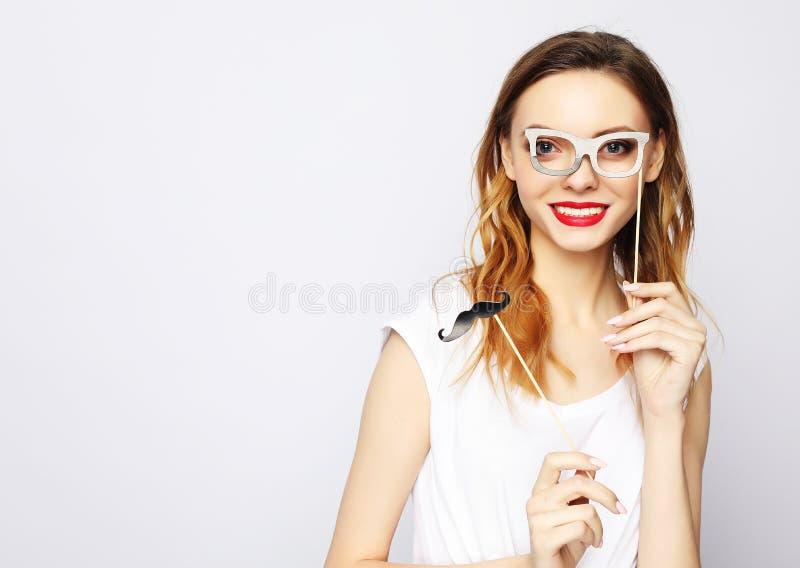 Concept de mode de vie, de partie et de personnes : jeune femme espiègle prête pour la partie au-dessus du fond blanc images libres de droits