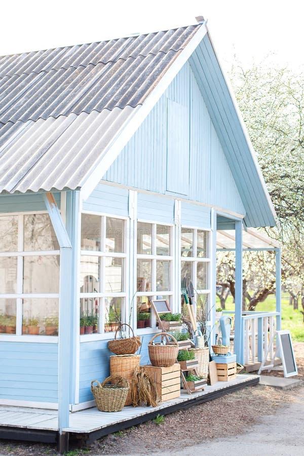 Concept de moisson Récolte d'automne d'abondance Maison bleue confortable avec un beau jardin un jour ensoleill? Type rustique Co photographie stock libre de droits