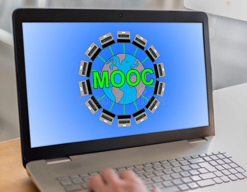 Concept de Mooc sur un ordinateur portable image libre de droits