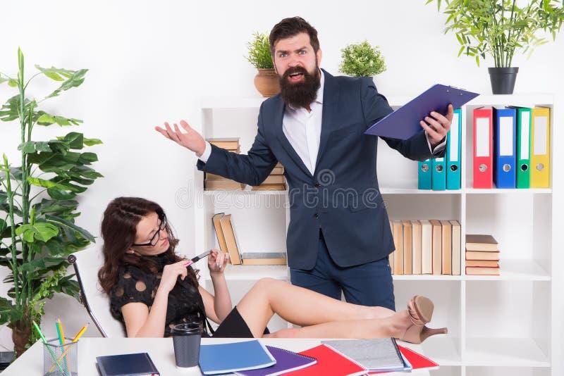 Concept de négligence Tension au travail Secrétaire sexy paresseux de fille indifférent Résultats malheureux de rapport de gestio photographie stock libre de droits