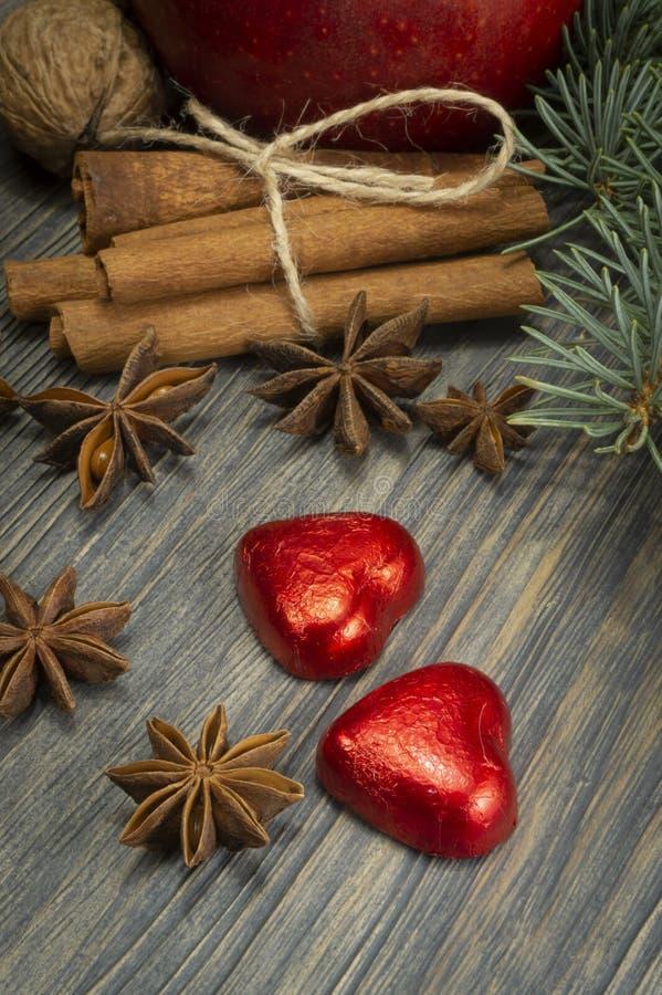 Concept de Noël avec les écrous d'épices et la pomme rouge photos libres de droits