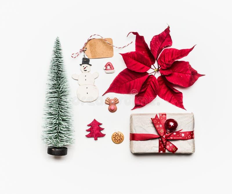 Concept de Noël Divers objets de vacances : cadeau, arbre de Noël, décorations, poinsettia rouge, bonhomme de neige, étiquettes s photo stock