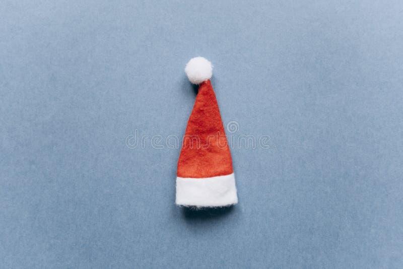 Concept de Noël ou de nouvelle année dans le style minimal - chapeau de Santa Claus image stock