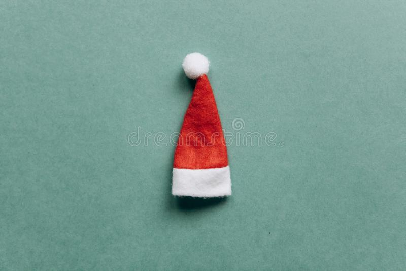 Concept de Noël ou de nouvelle année dans le style minimal - chapeau de Santa Claus photos libres de droits