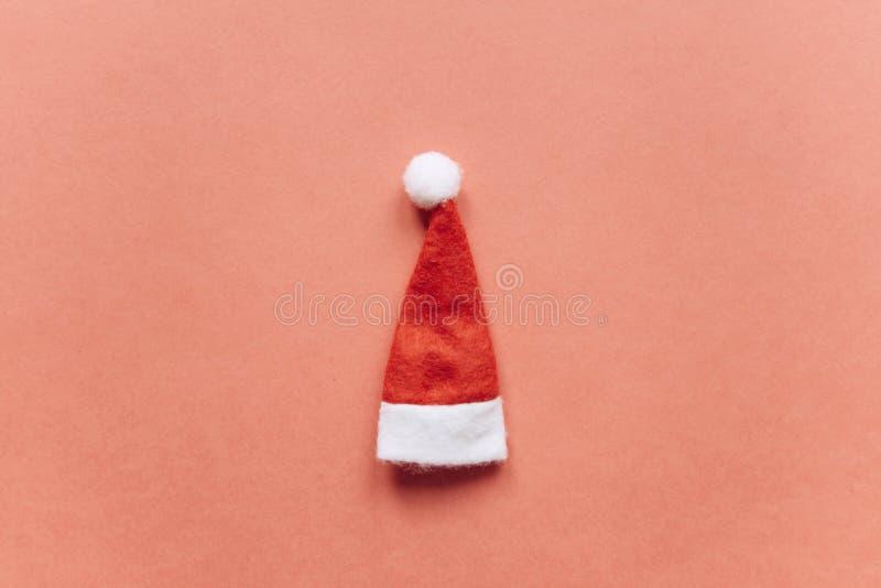 Concept de Noël ou de nouvelle année dans le style minimal - chapeau de Santa Claus images stock