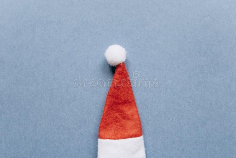 Concept de Noël ou de nouvelle année dans le style minimal - chapeau de Santa Claus image libre de droits